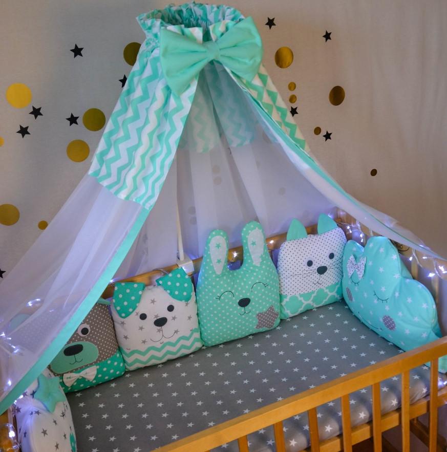 Захист на ліжечко у вигляді іграшок на 4 сторони.