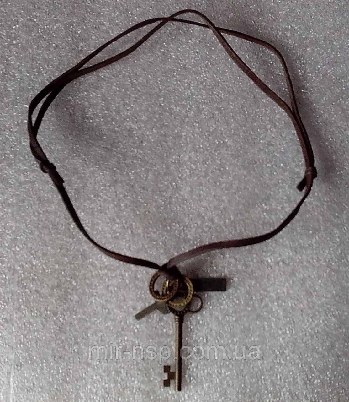 Амулеты на кожаном шнурке с ключами