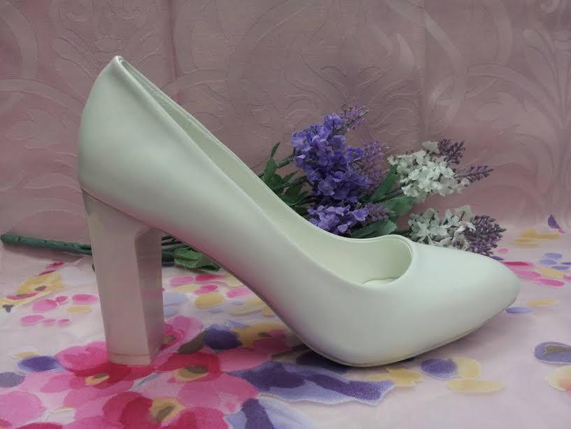 Туфли лодочки белые на среднем каблуке