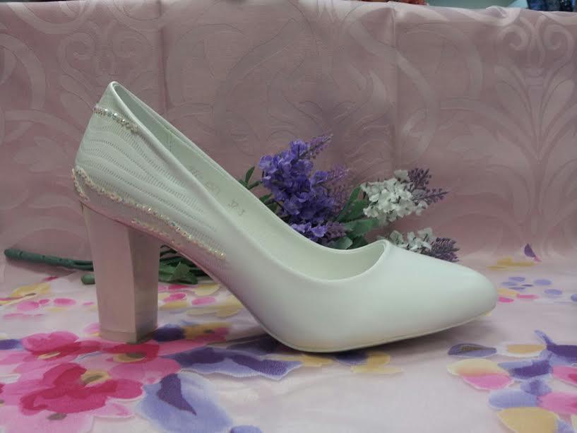 Туфли лодочки белые с камнями на среднем каблуке