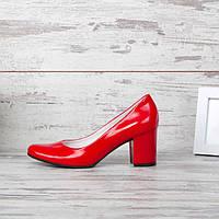 Красные лаковые туфли на широком каблуке