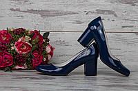 Синие лаковые туфли на широком каблуке