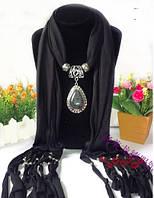 Женский шарф с кулоном черного цвета