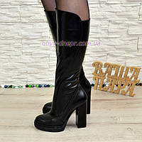 Женские зимние кожаные сапоги на высоком каблуке.
