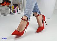 Женские туфли с ремешком и шипами красные