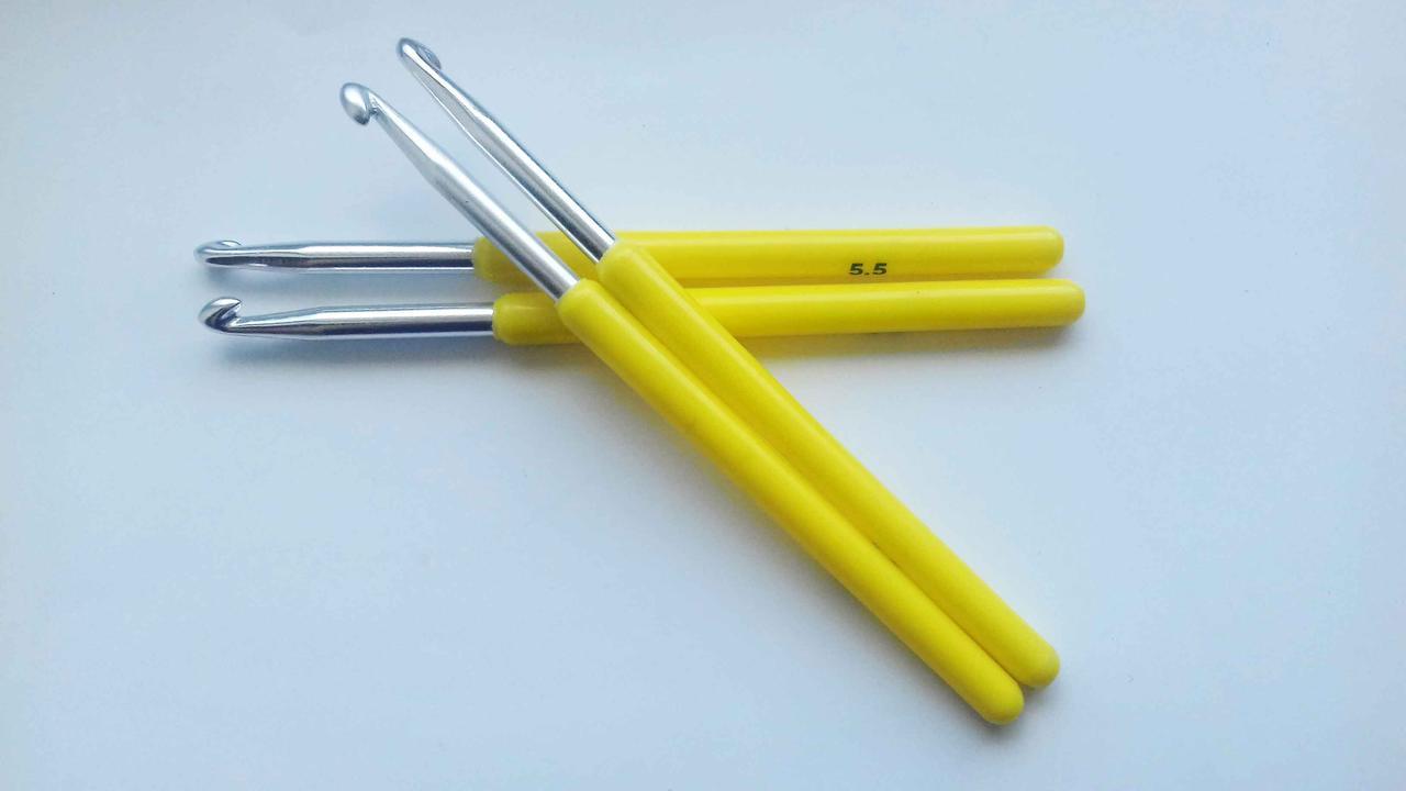 Крючок для вязания с пластиковой ручкой №5,5