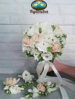 Букет невесты из кремовой розы, фрезии и эустомы