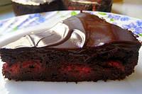 Шоколадный пирог с клубникой и малиной
