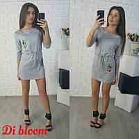 Серое платье-рубашка с пояском и вышивкой