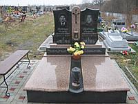 Двойной памятник с черным габбро и (токовским) гранитом.