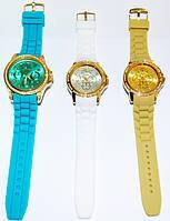 Модные часы с резиновым ремешком