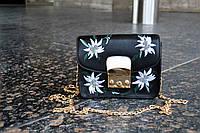 Стильная женская маленькая сумка черного цвета с вышивкой