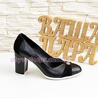 Туфли женские кожаные на высоком устойчивом каблуке, декорированы замшевыми вставками и фурнитурой.