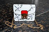 Стильная женская маленькая сумка белого цвета с вышивкой