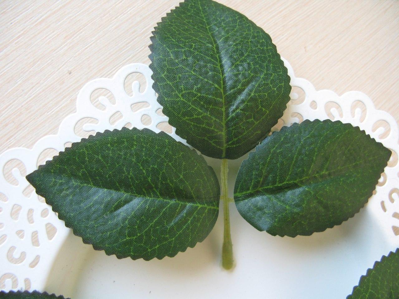 Лист тканевый. Высота центрального листа 7 см, боковые по 6 см. Вся веточки 11 см
