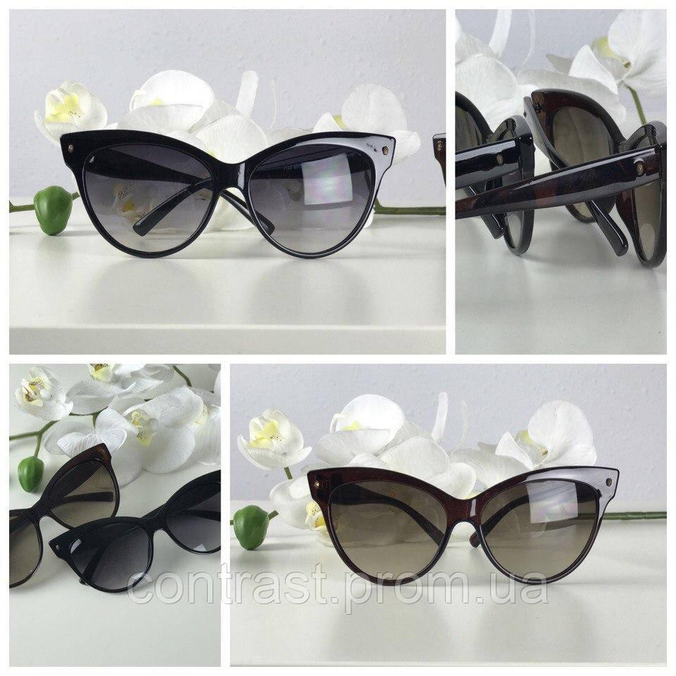 Изящные очки с оправой «стрекоза» в монохромном дизайне
