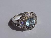 Кольцо с натуральным топазом цвета скай блю и белыми топазами Размер 17.5