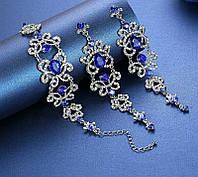 """Комплект удлиненные вечерние серьги-гвоздики """"под серебро"""" с  синими камнями и браслет, высота 13 см."""