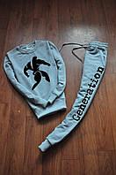 Серый модный спортивный костюм