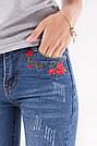 Стильные укороченные женские джинсы с потертостями и вышивкой цветы тренд 2017 года