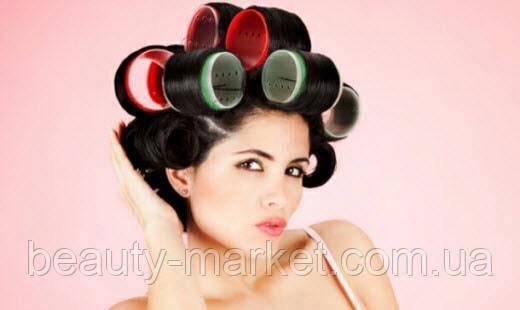 Укладка волос с помощью бигуди.