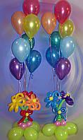 Ваза с цветами и шариками с гелием