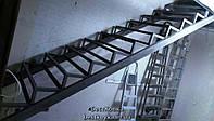 Прямой каркас лестницы на второй этаж с заворотом