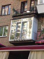 Французский балкон с декоративными перилами