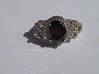 Кольцо с натуральным черным ониксом и белыми топазами (трилистник) Размер 17.85