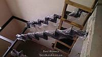 Железный каркас лестницы на 2х ломаных косоурах