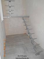 Лестница на центральном ломаном косоуре с площадкой