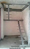 Полностью открытый металлокаркас лестницы с площадкой