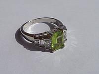 Кольцо с натуральным перидотом и белыми топазами Размер 17