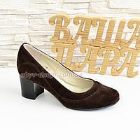 Женские классические коричневые замшевые туфли на невысоком устойчивом каблуке