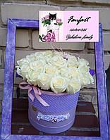 Цветы  белые розы в коробке