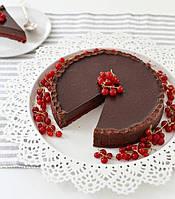 Шоколадный торт с красной смородиной