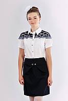 Подростковая блузка для девочки украшена кружевной отделкой