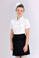 Белая школьная блузка для девочки украшенная гипюром с коротким  рукавом