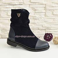 Женские замшевые зимние синие ботинки на низком ходу, декорированы кожаными вставками и фурнитурой.