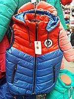 Детская жилетка с капюшоном для мальчика 122-140р (синий+красный)