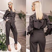 Льняной костюм, брюки свободного кроя и блуза с воланами.