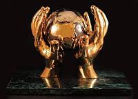 Статуэтка Земной шар в твоих руках натуральный камень золото
