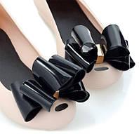 Розовые балетки из резины с чёрным бантом