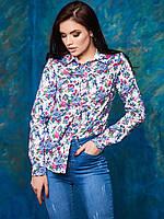 Женская рубашка с цветочным принтом.