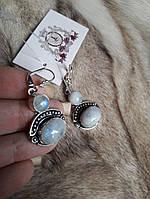 Элегантные серьги с лунным камнем в серебре.