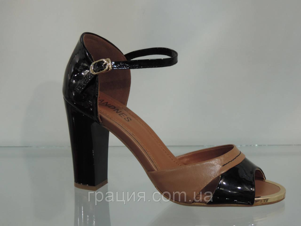 Модные босоножки на каблуке с закрытой пяткой