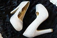 Женские белые свадебные туфли со стразами