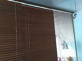 Деревянные жалюзи 50мм на большую стеклянную перегородку цвет Дуб