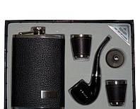 Мужской набор с флягой, двумя стопками, лейкой и курительной трубкой.