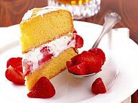 Бисквитный торт с клубникой и сливками